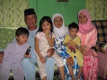 Bapa & Mama bersama adik bongsu serta cucu-cucunya