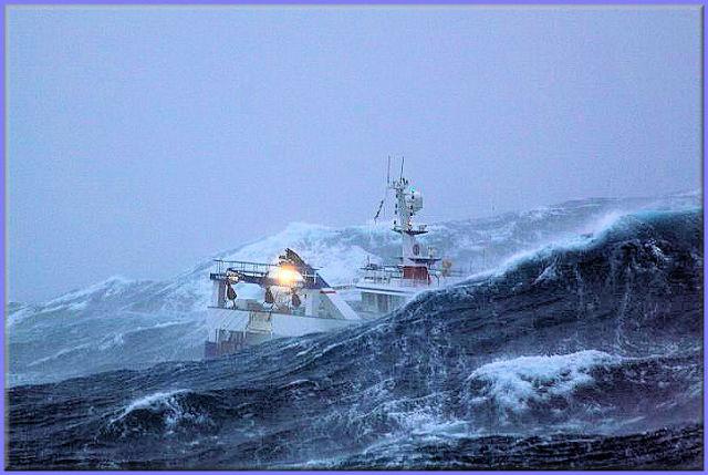 صور معة لسفينة في وسط العاصفة Ship_in_a_storm_06