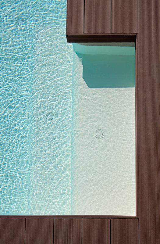 Piscina infinity con revestimiento continuo lucas gunitec for Detalle constructivo piscina desbordante