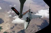 Foto: Un F-16 del ala 144 se alinea con la pértiga de repostaje de un Boeing KC-135 Stratotanker en un ejercicio de entrenamiento. (AP Photo/Ben Margot)
