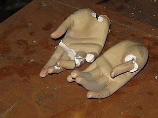 Las manos de la estatua de la Iglesia Conventual de San Francisco de Asís en Santiago de Chile