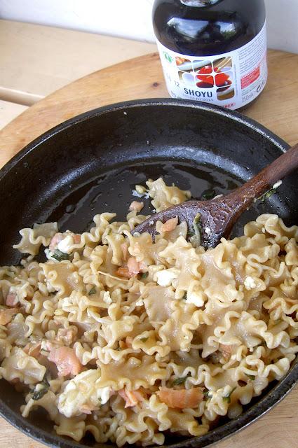 pasta integrale con germogli di soia, salmone e formaggio