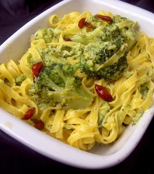 tagliolini all'uovo con broccoli fonduta e zafferano