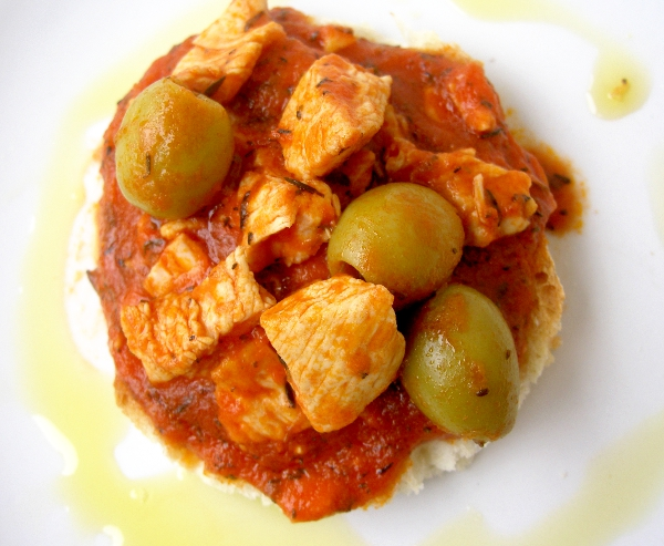 crostini di pollo alle olive verdi