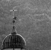 nonostante le tenebre e la pioggia. la luce ci guiderà.