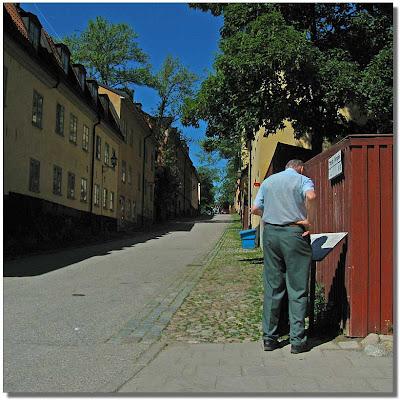 Här står en man och läser på en skylt.