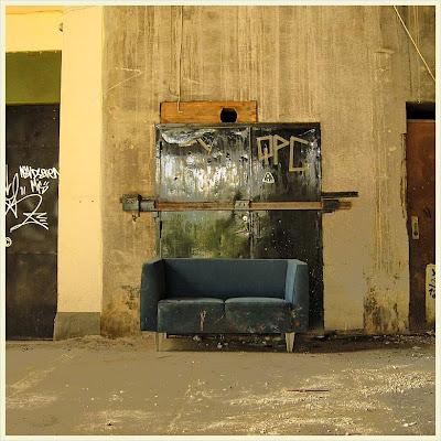 En soffa under liljeholmsbron.