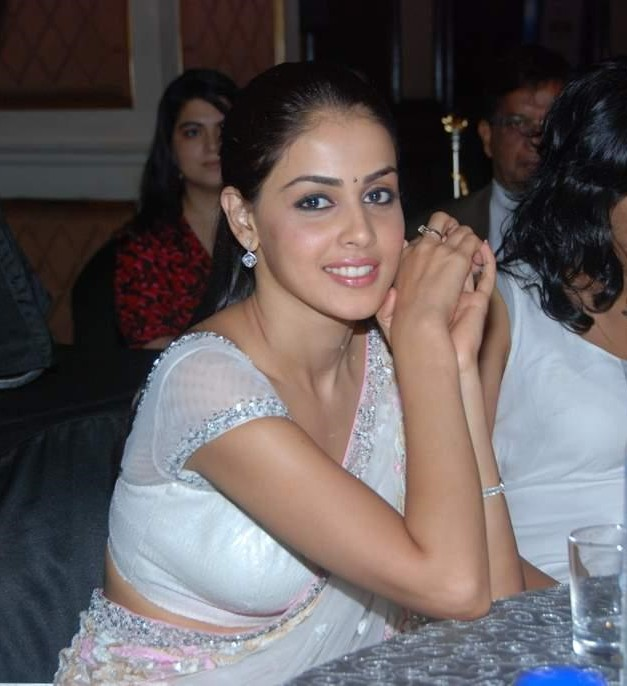 bubbly babe genelia flaunts in saree