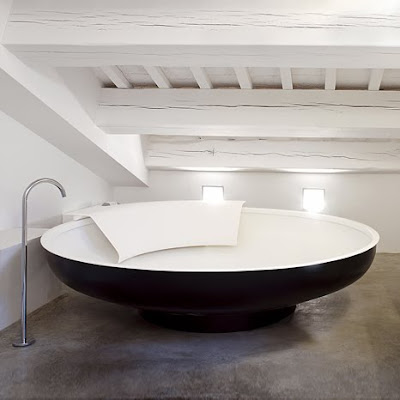 Ordinaire The UFO Stainless Steel Bathtub Is A Unique Addition To Any Bathroom. In  Keeping With A More Classic Style Of Bathtubs, The Ufo Comes Standard With  A ...