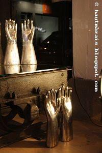 Gants en laiton chez Mobilier Industriel - 106 rue Vieille du Temple, Paris