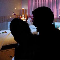 Layaknya suami istri tersebut diabadikan melalui video telepon
