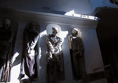 http://2.bp.blogspot.com/_8JMgjANXp6M/TLBwJytAwMI/AAAAAAAAC20/fvP7MVaEUBI/s400/catacombs_11.jpg