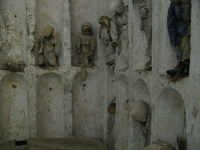 http://2.bp.blogspot.com/_8JMgjANXp6M/TLBwKlvxmDI/AAAAAAAAC3E/2HedQJ4_7j8/s400/catacombs_13.jpg