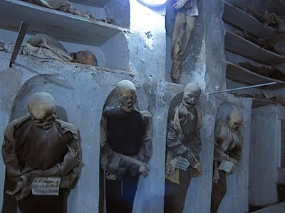 http://2.bp.blogspot.com/_8JMgjANXp6M/TLBxA1zcv_I/AAAAAAAAC4M/1W2fgE6sI-U/s400/catacombs_4.jpg