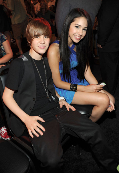 JUSTIN BIEBER FANS ANGRY WITH JASMINE VILLEGAS AFTER KISSING PHOTOS SURFACES