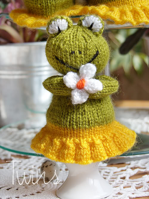 Knitted Frog Pattern : Twins Knitting Pattern MiniShop: Frog egg warmer (in English)