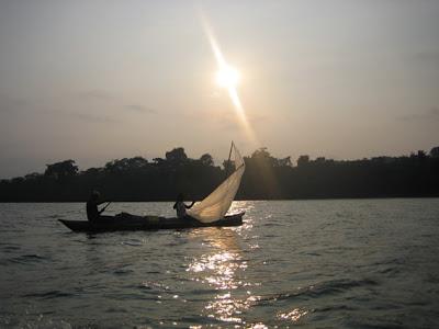 Cayuco de pescadores al anochecer en el Estuario del Río Muni, Kogo, Guinea Ecuatorial