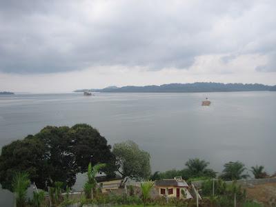 Barco maderero en el Estuario del Río Muni, en Kogo