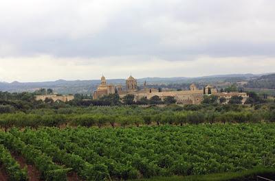 Monasterio de Poblet y viñedos de Torres