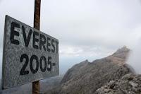 Everest 2005, placa que es troba a d'alt de Penyal del Migdia
