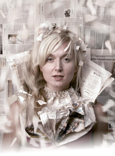 image illustration, une femme transperce des journaux