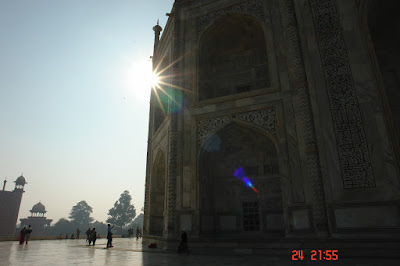 Sunlight twinkling around the edge of the Taj Mahal