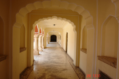 Photo of A beautiful long corridor inside the Jaipur City Palace