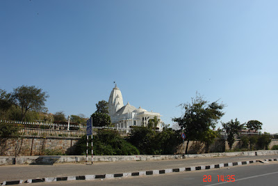 The first view of the white structure of the Jaipur Birla Mandir