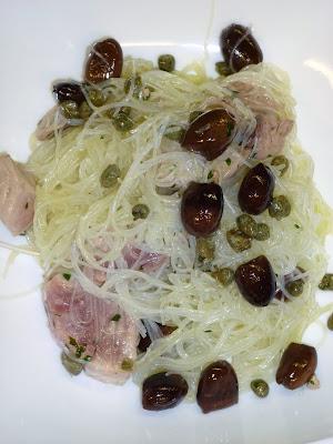 Spaghetti di soia con tonno fresco, capperi e olive nere