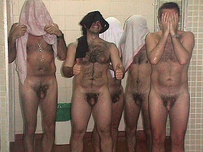 Chico gay desnudo en el vestuario