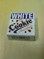 チロルチョコ『ホワイト&クッキー』はホワイトチョコ好きにはいいかもの巻。