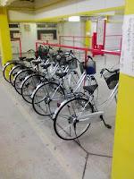 駐輪場で綺麗に6台並んだ自転車の巻。