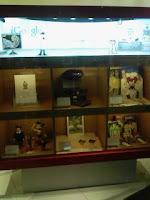 六本木ヒルズのiGoogleアートカフェの手塚治虫グッズ。