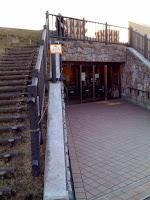 入り口の脇に階段があり、建物の上へ上がれる。