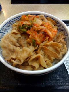 久しぶりに食べた吉野家の豚キムチ丼