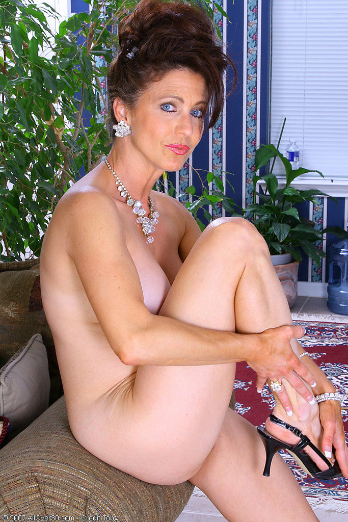 Milf in black slingbacks. at Thursday, January 14, 2010 0 comments