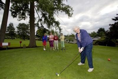 Mujeres mayores jugando al golf
