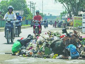 lingkungan di indonesia belum begitu bersih selalu ada sampah di tepi