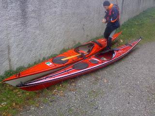 moderni kayak da mare pronti per un escursione