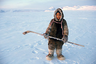 Giovane inuit del nunavut in tenuta da hockey