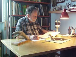 Il professor Giancarlo Colombo accanto a un modellino del rettile lariano