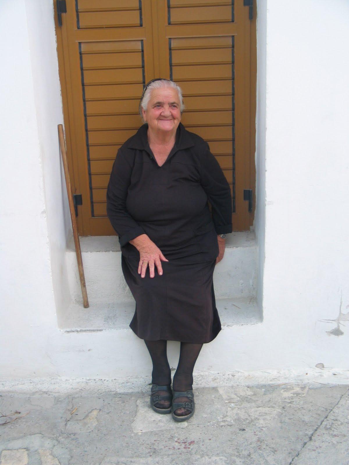 http://2.bp.blogspot.com/_8nS_dGonIB8/TB9qkspeM0I/AAAAAAAAAm4/RNtJdq5Xb5c/s1600/village_greek_woman.jpg