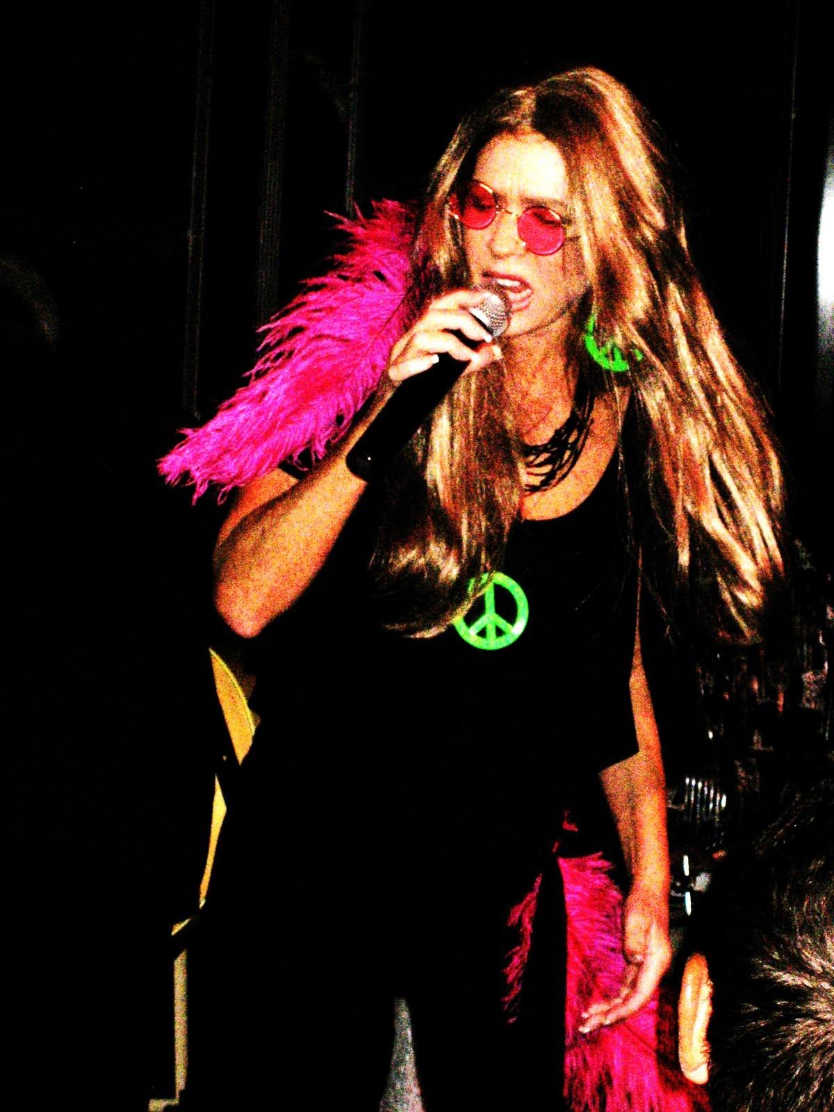 http://2.bp.blogspot.com/_8nYbd_HLh2s/TEtQtfADopI/AAAAAAAACSo/oNrBvL4Htm0/s1600/Groucho+Marx+open+mic+082.JPG