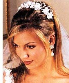 простые свадебные прически с диадемой фото