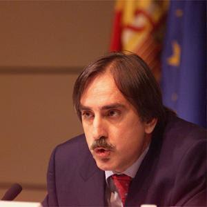 Valeriano Gómez quiere subir los impuestos a los directivos