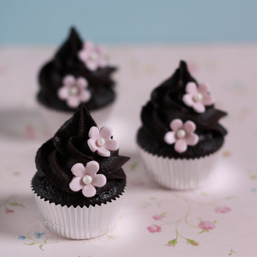 That Winsome Girl: Chocolate Cupcakes with Chocolate Fudge Frosting