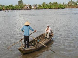 http://2.bp.blogspot.com/_8rlcDQAUAnM/SlZuByNaglI/AAAAAAAAAIY/34jB-pzHc90/s320/Sampan+Crossing+River_small.JPG