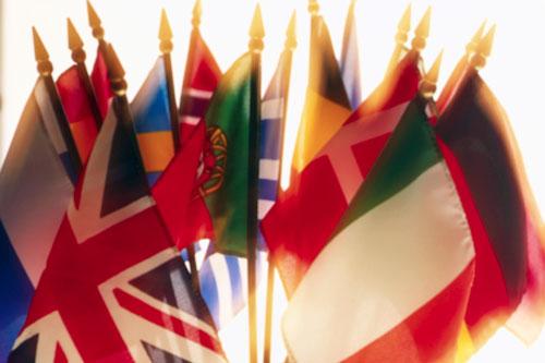Aquí te presento fotos de todas las banderas del mundo ondeando,