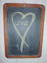 """Et """"hjemmelagd"""" hjerte på oppslagstavla , sommerhuset Filtvet."""