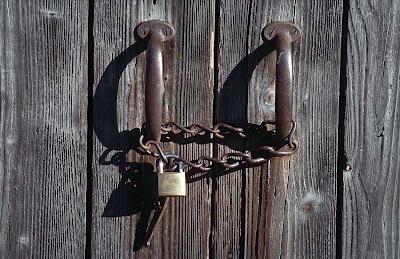 فن استعادة الثقة بالنفس (خطوات مجرّبة) door-lock.jpg